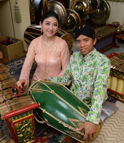 インドネシア伝統芸能集団「ハナジョス」のお二人が、演奏に加え見どころや楽しみ方を解説してくれるので、初めての方でも深く楽しめます。(写真©コミニケ)