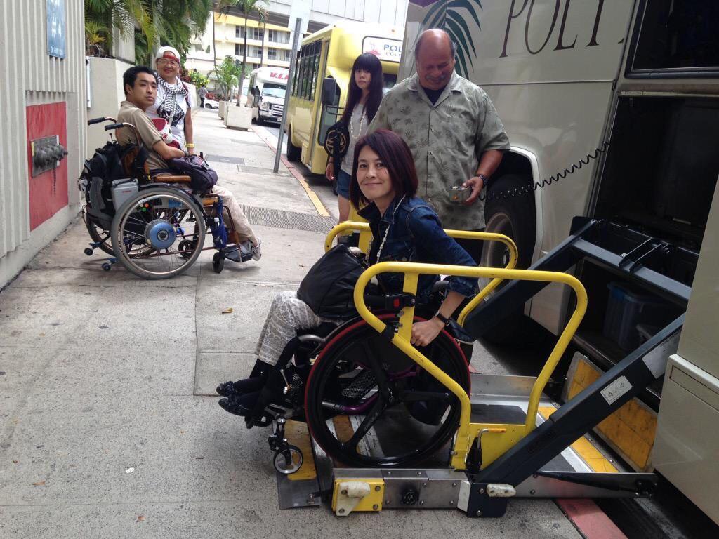 車いす可能ハワイの観光バスのリフト