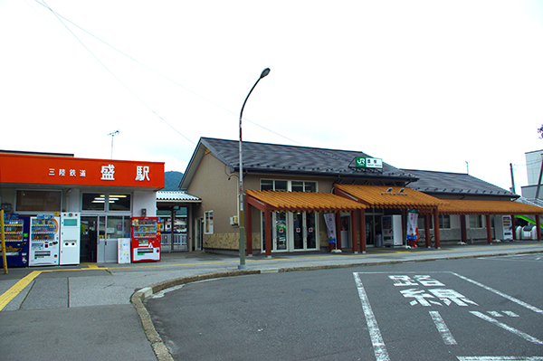 横並びに建つJR盛駅と三陸鉄道 盛駅