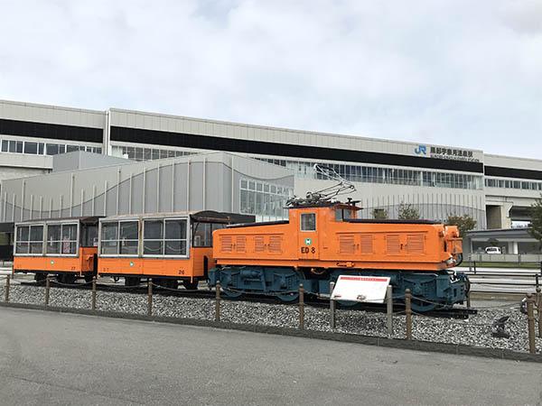 黒部宇奈月温泉駅から富山地方鉄道・新黒部駅乗り換えは道路を渡ってすぐ