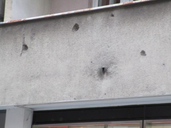 サラエボの街の建物には今でも爆撃の跡が残る