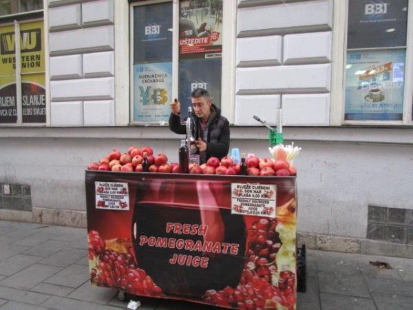 街角では搾りたてのおいしいざくろジュースを売っている