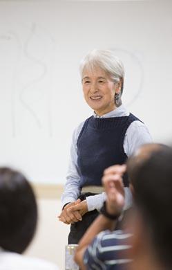 塚本さんは今話題のグレイヘアがよくお似合い! 「ありのままでいいことに気づいた」と、60歳で白髪染めとメイクをやめたのだそう。私の中で、勝手に「美しすぎる樹木医」と呼ばせていただいています。