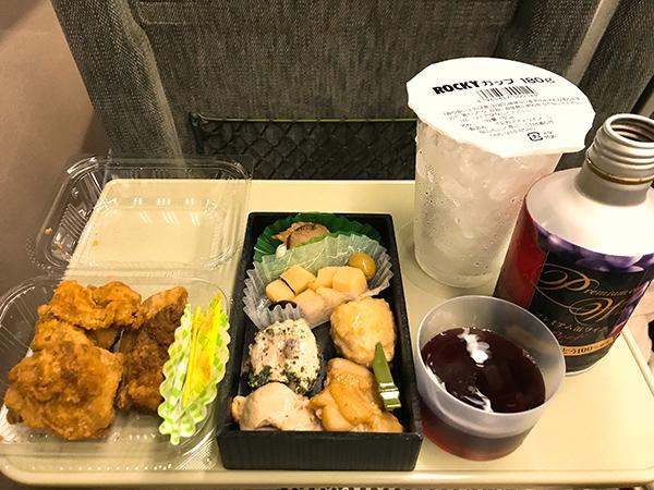 左からチキン弁当のからあげ、笠原流おつまみセット、カップ氷、赤ワイン