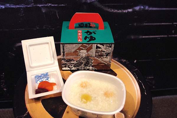 くり・えび入りの「上州の朝がゆ」。塩や梅ペーストで味の調節もできる