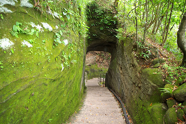 岩場のトンネルをくぐり、羅漢エリアへと進む
