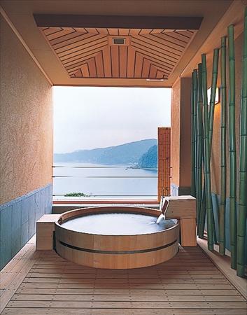 コロンと丸い形がかわいい樽風呂が特徴の「萌黄」ー赤沢日帰り温泉館
