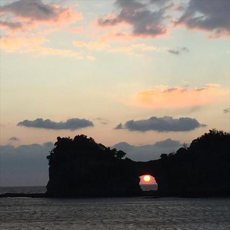 白浜のシンボルとして親しまれる「円月島」