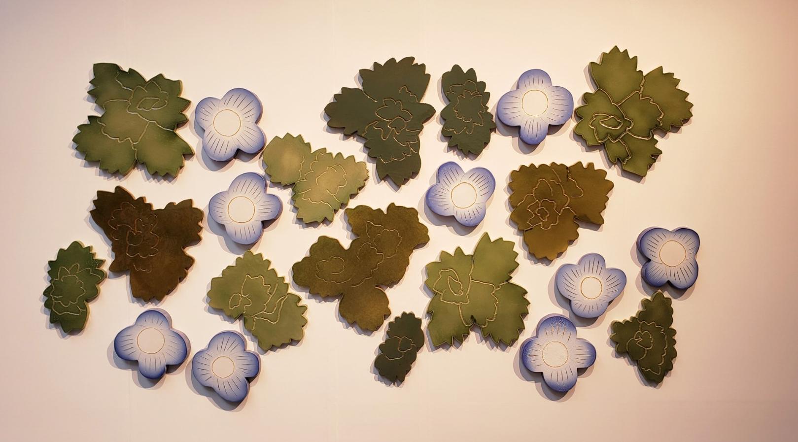 壁面に飾られたブルーの花色がやさしい《オオイヌノフグリ》のレリーフ