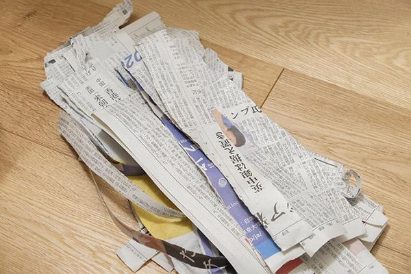便器内に敷いたものとは別に、新聞紙(3~5枚分)を裂く