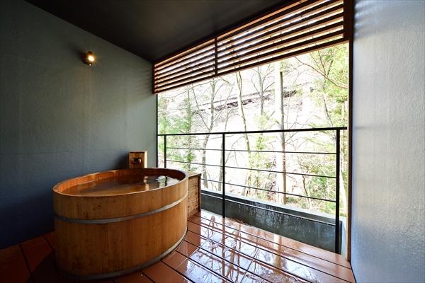 四万温泉を代表する「山鳥の湯」と、奥四万ダムの上流に湧く「湯の泉」をブレンド。滞在中はいつでも露天風呂を堪能