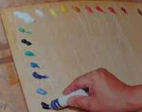 ペーパーパレットに絵具を出し、色を混ぜる