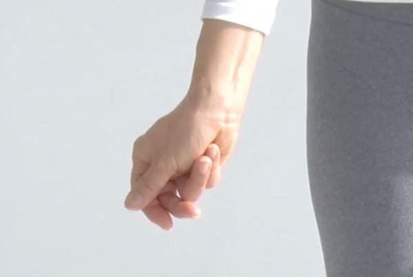手を握った様子