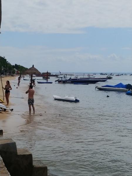 レンボンガン島は海の水も驚くほどキレイです