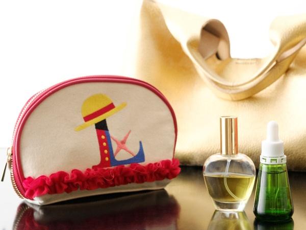熊谷さんが愛用するオリジナルバッグにいつも入れて持ち歩いているのが、オリジナルの香水と酵素。ポーチはアニメ版『ONE PIECE ワンピース』でルフィの声優の田中真弓さんから贈られたもの。「絵柄がキュートで、大のお気に入りです」(熊谷さん)