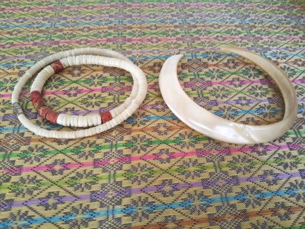 ューカレドニアの貝のネックレスとブレスレット