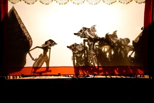 精巧な細工の人形が人気の高い影絵芝居「ワヤン」も上演。