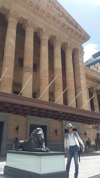 コリント様式の柱を持つ、堂々とした石造りの市庁舎