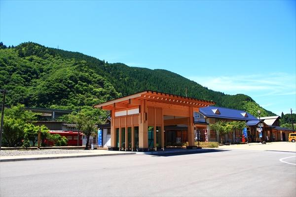 開業当時に復元された郡上八幡の駅舎。ここから「ながら」に乗車