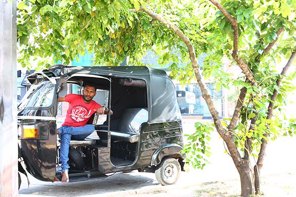 木陰でのんびりとお客を待つトゥクトゥクドライバー