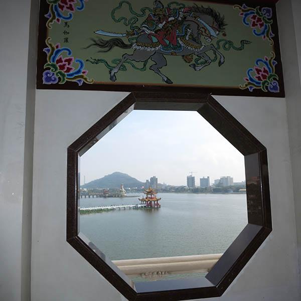 蓮池潭 龍の口から入り4階からの眺め