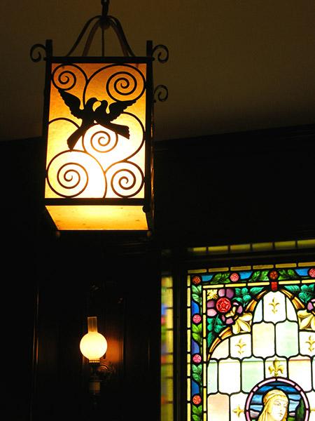 ステンドグラスと、アサヒビール初代社長が新築祝いに贈ったとされる照明も。