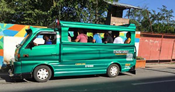 JEEPNEY MULTICABという乗合バス。後部から乗り降りする