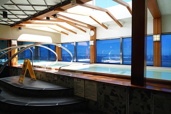 屋内風呂。大海原を眺めながらのお風呂はさぞかし極楽でしょう