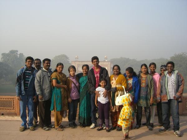 フマーユーン廟で、大家族ゴッドマザーと並んで