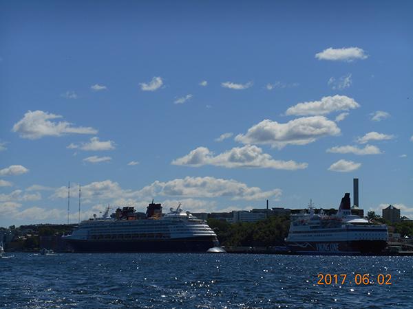   運河クルーズ船 北欧のベニスと称される街を水上から観光  