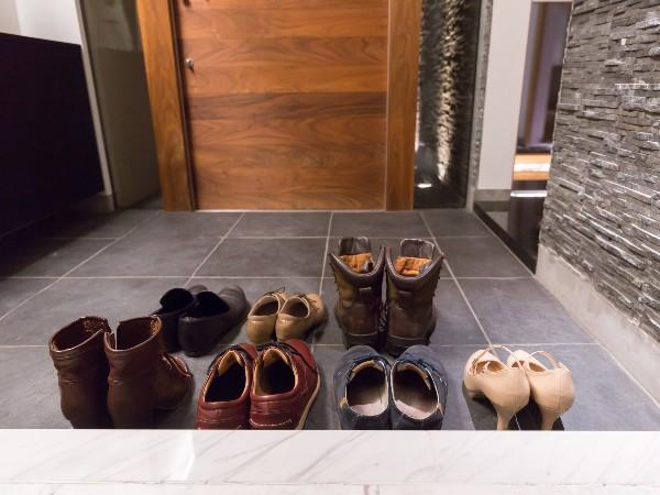 訪問先の玄関で靴を脱ぐときの正しい作法は?
