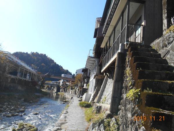 足助川沿いの石垣と石組み階段と家並み