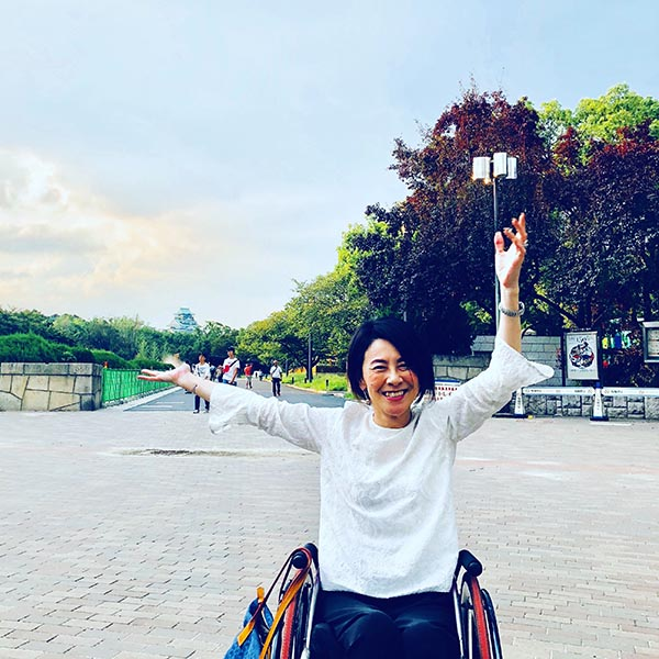 大阪のシンボル、大阪城天守閣をバックにハイポーズ