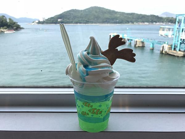 トドのダイビングフロート、ソーダ水の上にソフトクリーム