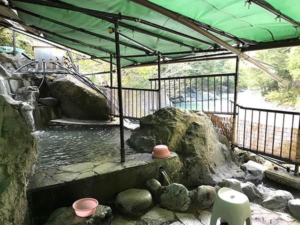 温泉は男湯と女湯に別れている。どちらも川を眺めながらの露天風呂