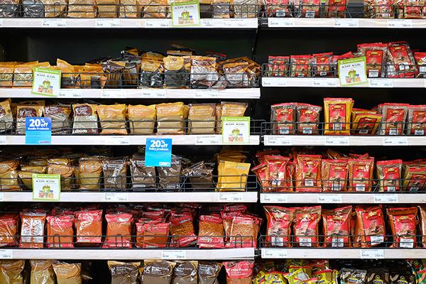 スーパーマーケットでスパイスの棚はとても広い