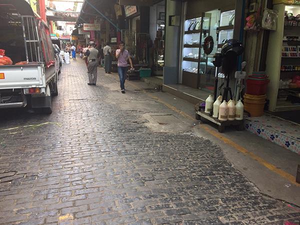ところどころ石畳が破損している商店街