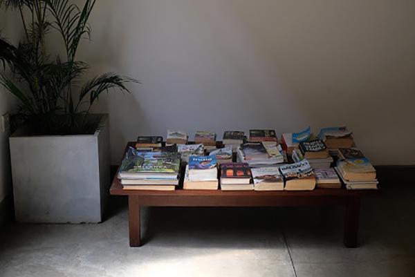 ゲストにゆったり過ごしてもらうための本たち(コザ セイロン)