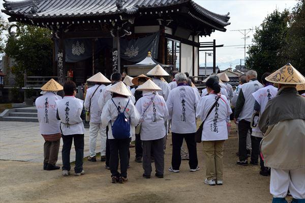 ツアーなら「菅笠は脱帽せずにお参り可能」といったアドバイスが受けられる