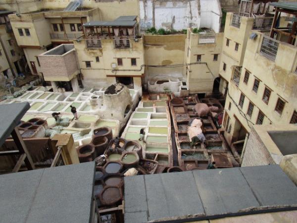 この写真は込み入った街の中に作られたなめし皮の作業所。