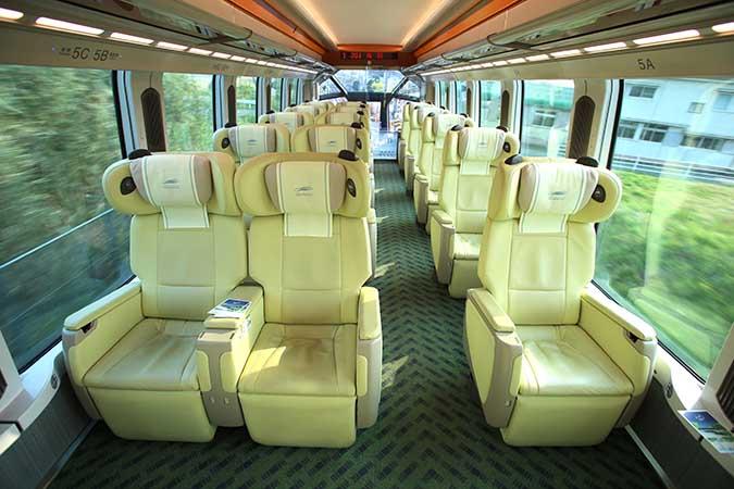 プレミアムシートは1列と2列の3列配置でゆとりある設計