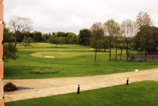 広いゴルフ場で楽しんでいる方もいました。そのほか散歩道には遊具がいろいろ