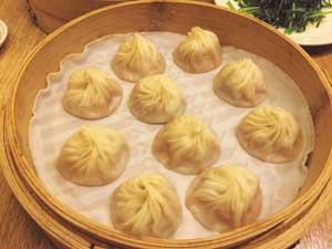 台湾を代表する点心料理の名店「鼎泰豊」で、アツアツの小籠包を堪能。