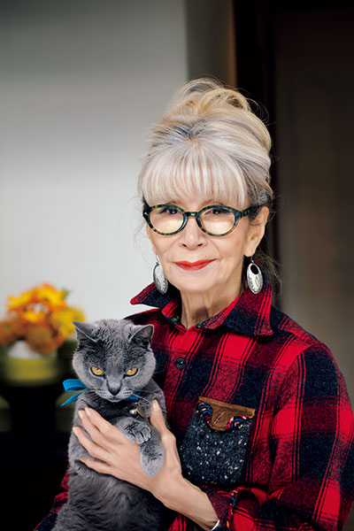 家で過ごす日は、 カジュアルな気分に マッチする オレンジ系を選びます。 一緒に写っているのは 愛猫のココちゃん。