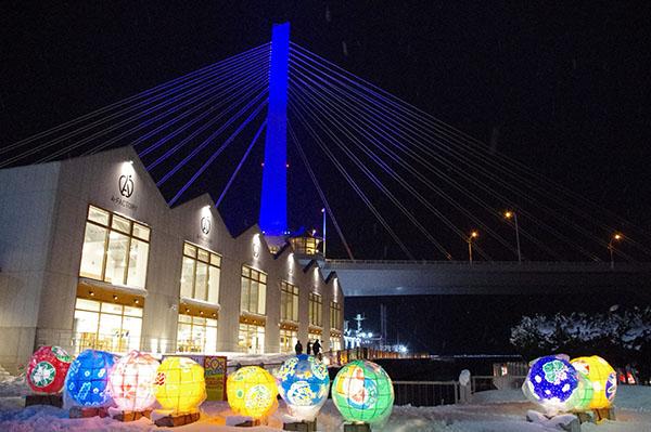 A-FACTORYと青森ベイブリッジ、周りにはダルマ型の紙灯篭