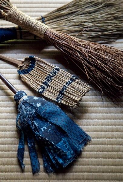 棕櫚(しゅろ)や松の葉、余り布を使った手作りの掃除道具。阿部家で大活躍。
