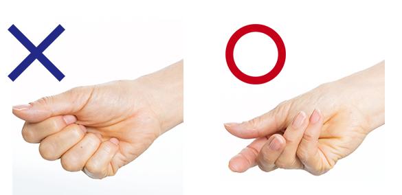 注意!振る手はやさしく握る程度でOK。けっして力を入れないこと!