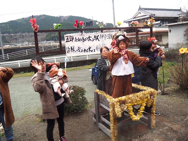 五郎駅では地元住民の方々がお出迎え