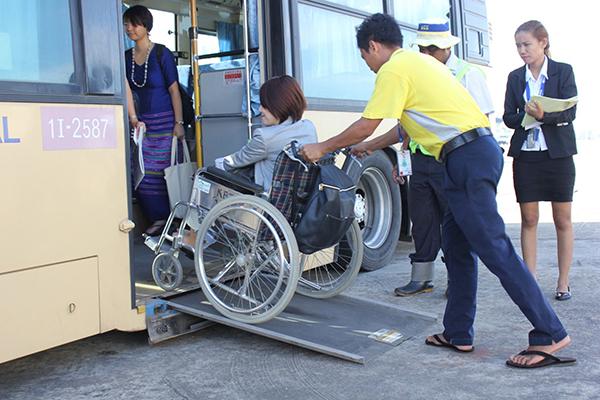 日本で使われていたノンステップバス(車いすのまま乗り込める低床バス)