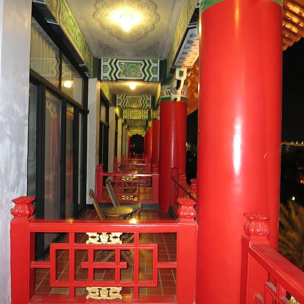 圓山大飯店 部屋のバルコニーから隣を見る
